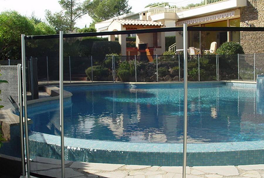 Choisir une barrière pour sa piscine : les critères essentiels